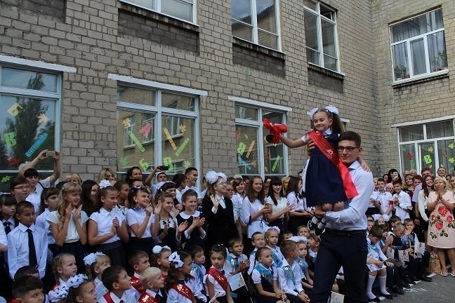 Первый звонок в школах города Ясиноватая