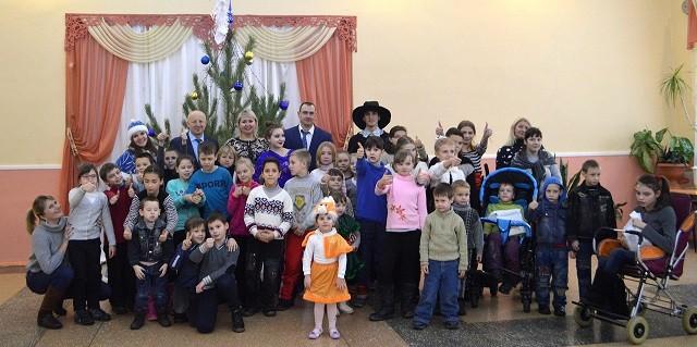 """Новогодняя акция """"Молодежь - детям!"""" состоялась в Ясиноватой"""
