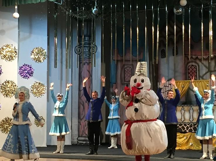 Заслуженный ансамбль песни и танца «Донбасс» подарил благотворительное новогоднее представление детям Ясиноватой