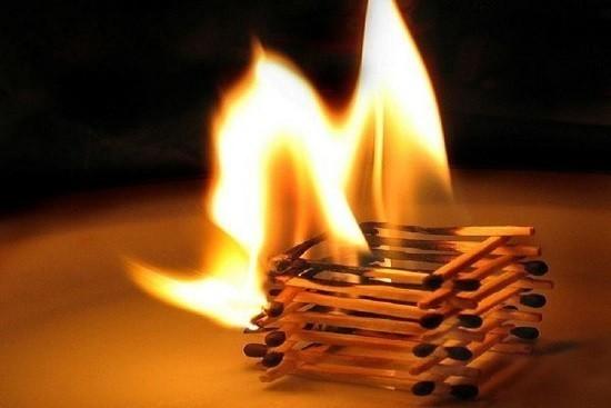 Шалость опасна ребята с огнем – огонь может сжечь и квартиру, и дом!