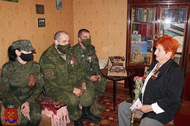 Военнослужащие Донецкой Народной Республики поздравили ветеранов Великой Отечественной войны с 75-летием Великой Победы