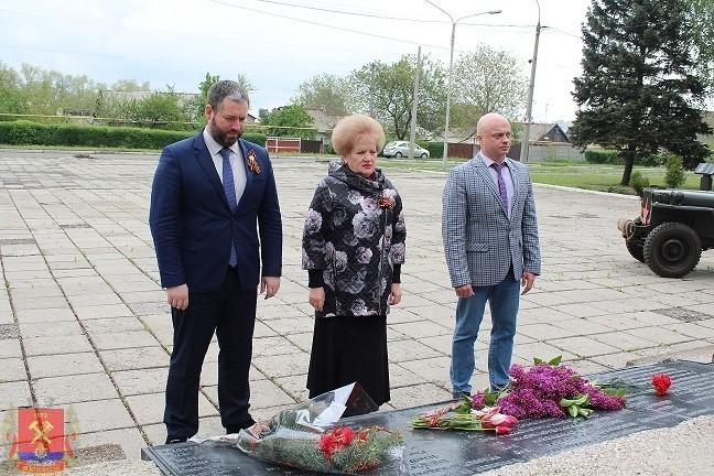 Возложение цветов к памятному знаку «Неизвестному солдату»