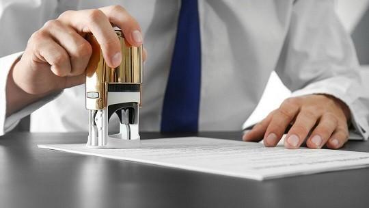 Где можно получить удостоверения родителей и ребёнка из многодетной семьи, и какие документы необходимо предоставить для этого?