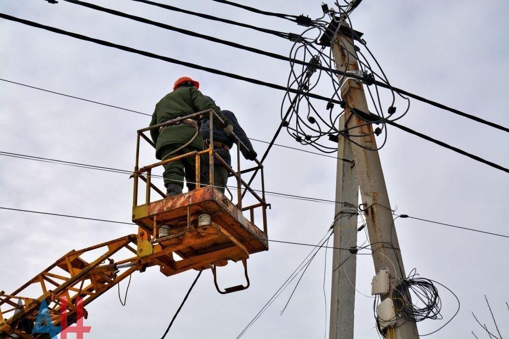 Энергетики ДНР восстановили нарушенное огнем ВСУ электроснабжение поселка под Ясиноватой