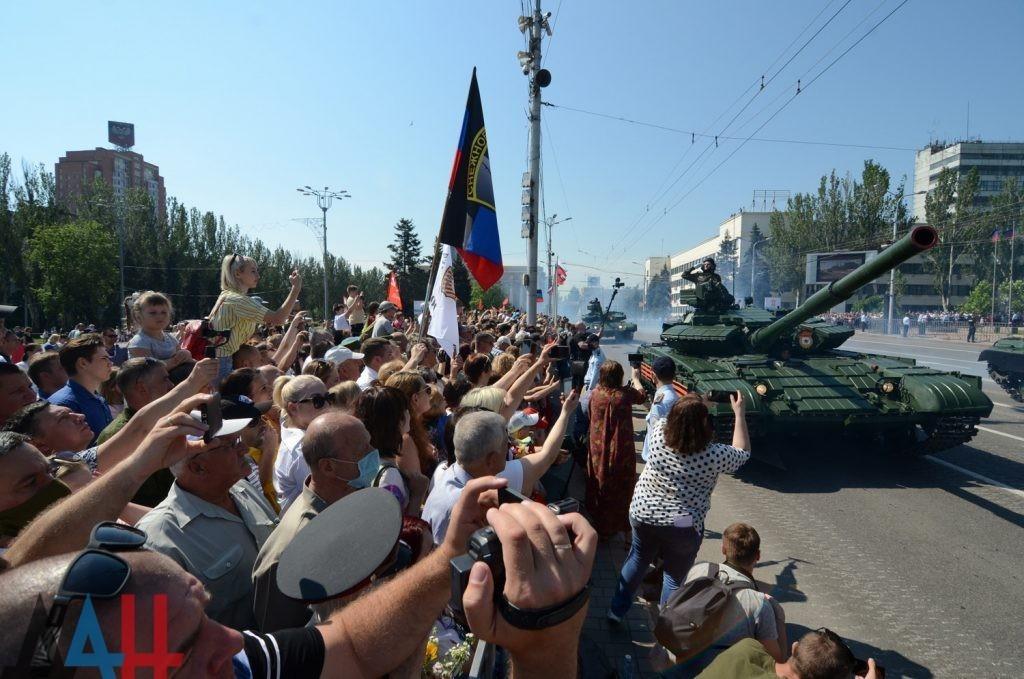 Атмосфера торжества и гордость за победителей: парад в столице ДНР посетили тысячи зрителей