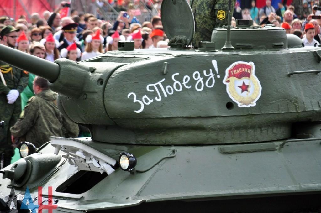 Глава ДНР распорядился провести военный парад в честь 75-летия Победы в один день с Россией