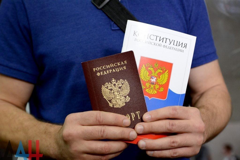 Жителям ДНР разрешено выезжать в РФ для получения российских паспортов – указ