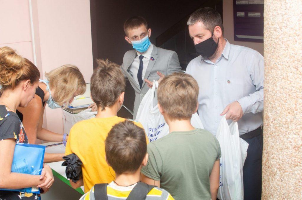 Общественники ДНР передали детям прифронтовой Ясиноватой более 50 школьных наборов к 1 сентября