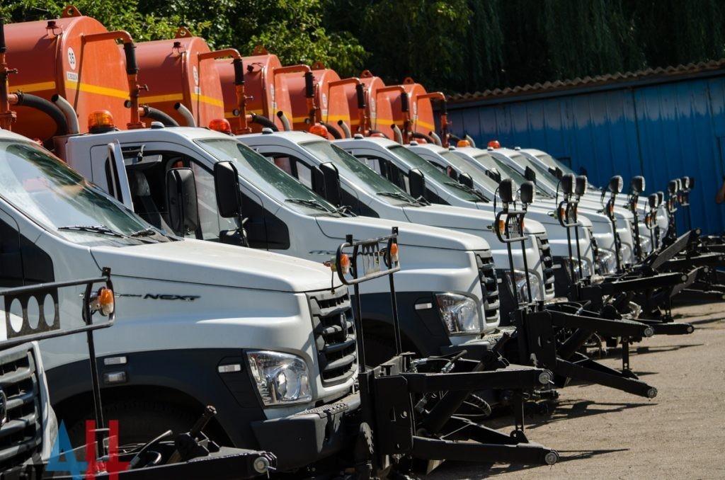 Минстрой ДНР передал коммунальным службам городов и районов Республики ключи от новой спецтехники