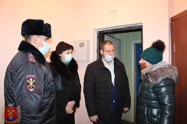 По поручению Главы ДНР Д.В. Пушилина глава администрации Д.С. Шевченко вручил ключи от квартиры