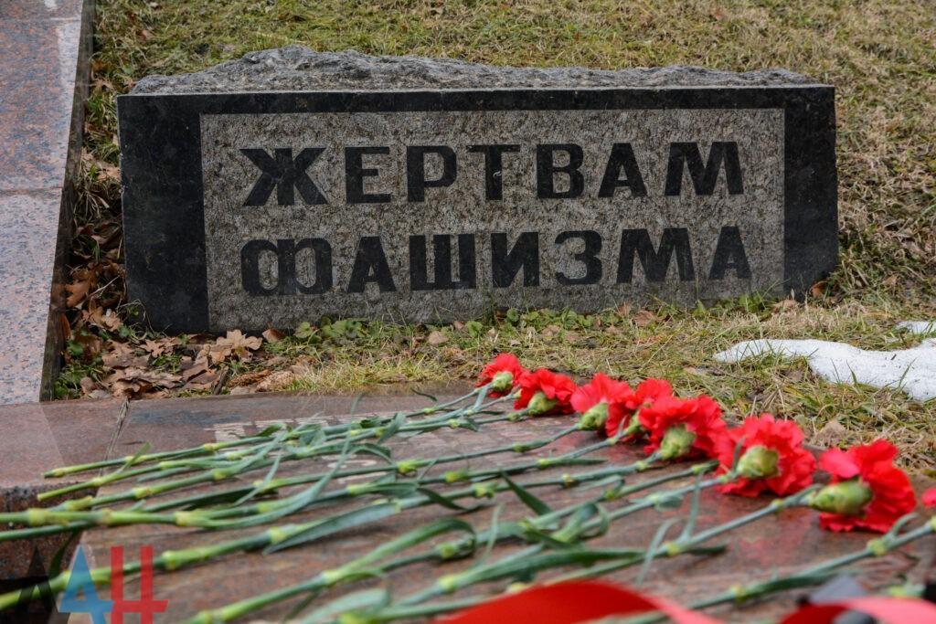Жители ДНР почтили память жертв Холокоста возложением цветов