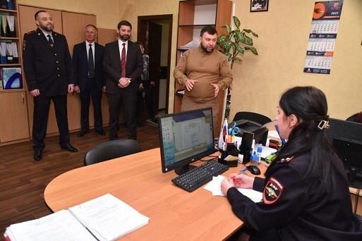 Глава ДНР посетил один из отделов Миграционной службы