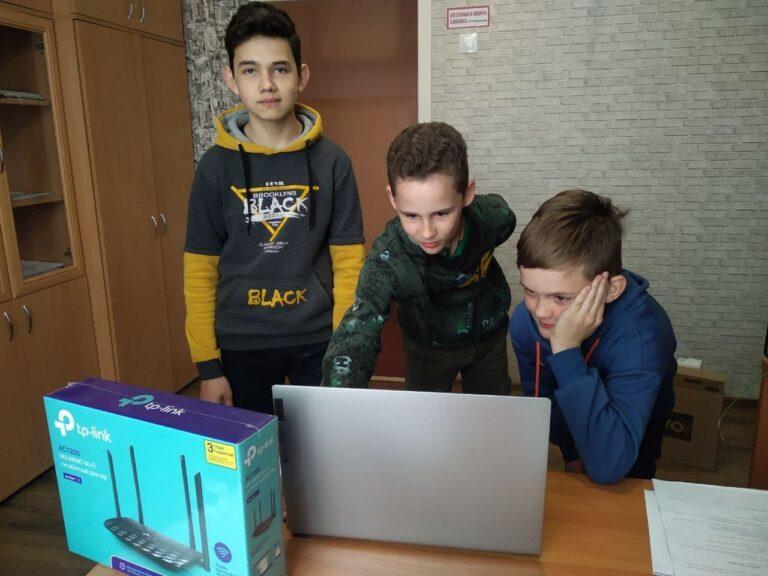 В ряд школ прифронтовой Ясиноватой поступили новые компьютеры и роутеры