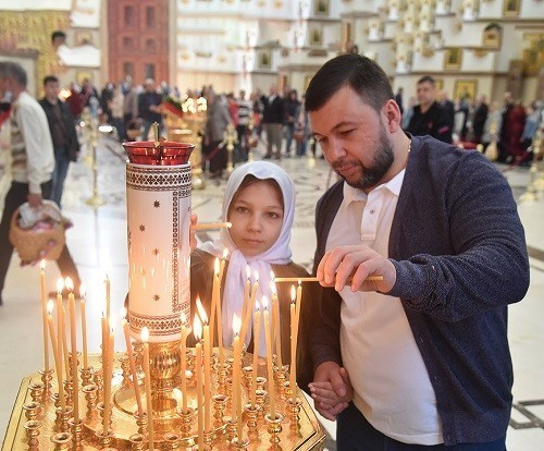 Денис Пушилин посетил пасхальное богослужение в храме святых Петра и Февронии