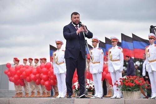 «Пока у нас есть возможность общаться с живой историей, давайте это ценить»: Денис Пушилин принял участие в митинге в честь Дня Победы
