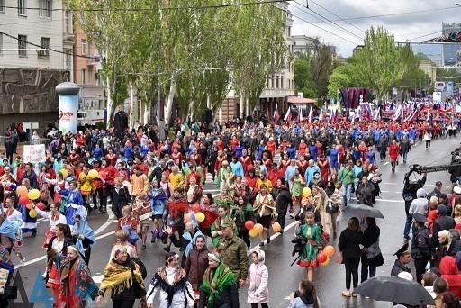 Торжества в честь Дня Республики начались с праздничной демонстрации по главной улице Донецка
