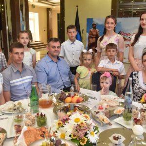 Денис Пушилин наградил многодетные семьи Республики