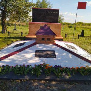 Возложение цветов к Мемориалу погибших советских военнопленных в пос. Минеральное