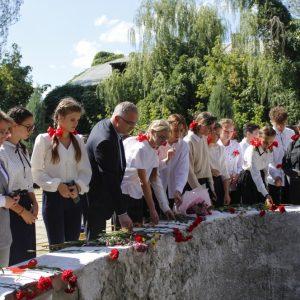 Владимир Бидёвка провёл экскурсию для школьников по мемориальному комплексу донецкой шахты № 4/4-бис