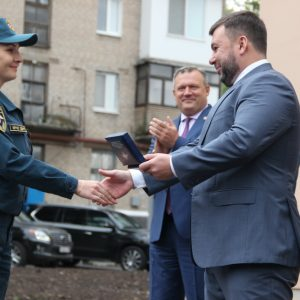 Денис Пушилин вручил ключи от квартир спасателям Республики